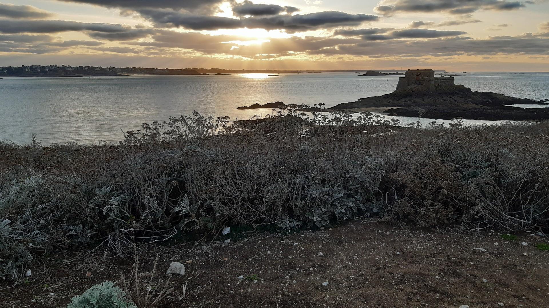 Sonnenuntergang über einer Insel am Atlantik